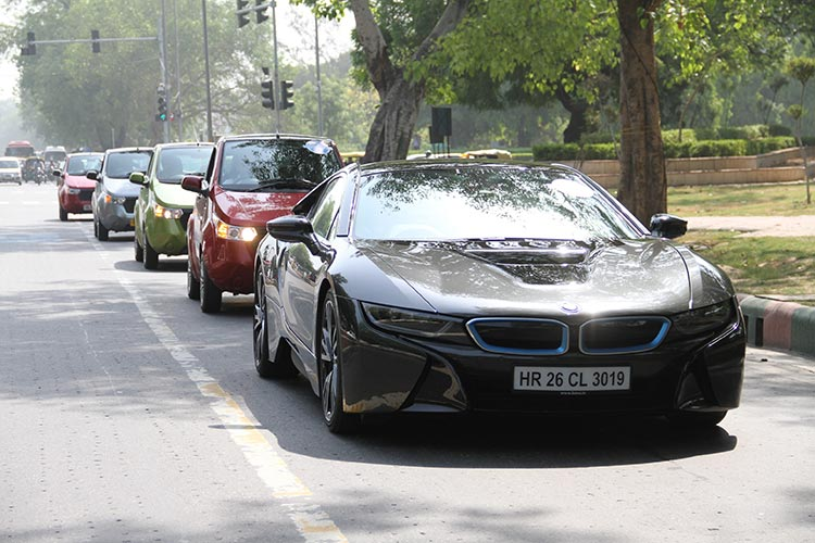 BMW-i8-cruising-Delhi-roads-with-FAME-India-Eco-Drive-2015