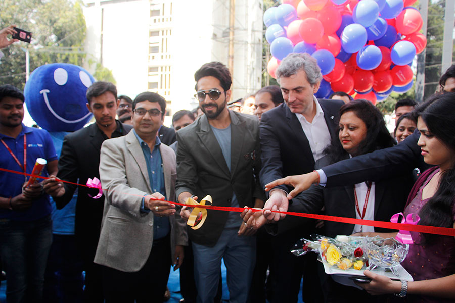 ltor-sanjeev-aggarwal-vice-president-after-sales_-ayushmann-khurrana-datsun-brand-ambassador-and-jerome-saigot-vice-president-inaugurating-the-happy-with-nissan-campaign