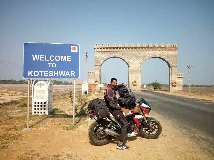Yogesh-Chavan-and-his-MOJO-standing-tall-after-completing-the-record-breaking-ride-from-Tezu-to-Koteshwar
